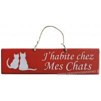 """Plaque en bois """" J'habite chez mes chats """" fond rouge"""