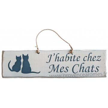 """Plaque en bois """" J'habite chez mes chats """" fond blanc"""