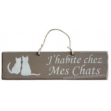 """Plaque en bois """" J'habite chez mes chats """" fond Taupe"""